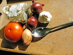 Die italienische Küche ist produktorientiert: Frisches Gemüse wie Tomaten, dazu Zwiebeln, Knoblauch und Gewürze ergeben eine herzhafte Sauce zu Nudeln. (© www.reisen-leben.com)